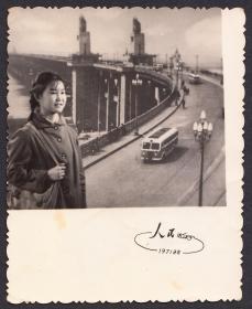 1972年,洛阳人民照相馆布景照,背有揭薄