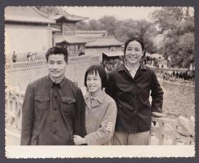 """1980年国庆节,佩戴""""三道杠""""的少先队大队长,全家合影"""
