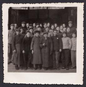 """文革老照片,佩戴毛主席像章的人群前的""""袍哥""""老者"""