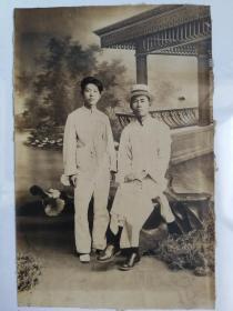 照相馆拍摄质量很高的民国男子二人全身室内布景亭台湖光照片,相纸毛边未裁