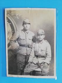 侵华铁证.日本关东军士兵带风镜l合影老照片长10.4宽7.1厘米1941年