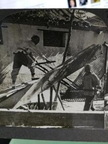 【清代立体照片】清代北京居民在庭院中锯木头劳动照片