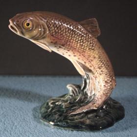 英国贝斯威克古董鳟鱼瓷塑像 尺寸:高10.2CM,最宽处12.5CM 年代:1955 这尊瓷塑由英国著名的设计大师阿瑟.格雷丁顿设计,英国顶级瓷塑品牌之一的贝斯威克公司生产,栩栩如生,非常漂亮