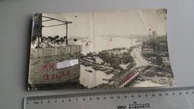 1964外宾在上海百老汇大厦上俯瞰外滩全景照片,背面有1967年的涂划,正面白纸遮盖一人名