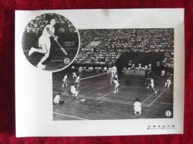 老照片 体育资料文献  中国羽毛球运动员郑翠琼  印尼羽毛球运动员王凤娘的打球姿势     这次比赛以2比0胜印度尼西亚的陈炳顺   照片长20厘米宽15厘米    B箱——9号袋