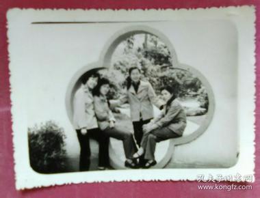 四美女在月门中间合影照片