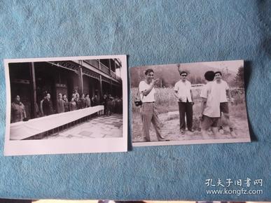 一张开会北京古建筑 合影照,一张 在北京皇城根 合影。两张合售。尺寸不一。