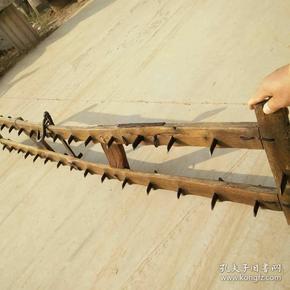 民俗物件之:耙地的(耙)品相好,完整,正常使用 ,民俗特色浓郁,喜欢收藏的联系我吧!榆木。尺寸:长196cm,宽34cm
