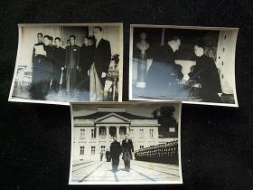 中华人民共合作外交史重要史料,中国首任住波兰大使彭明治(黄埔军校一期)将军上任照片一组3张全,递交国书等。1950年中国新闻摄影局原版照片稿件。