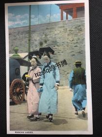 【影像资料】清末民初北京风光建筑明信片_北京城楼前正在行走的满族妇人等景象(詹布鲁恩摄制、Camera Craft发行)