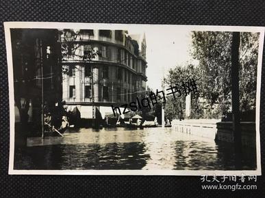 【史料照片】民国武汉水灾时汉口某街道受灾情景,可见水面上的木舟和船夫等