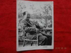 文革老照片(毛主席座在滕椅上)[北京红日照相馆印制 7*9.5厘米]