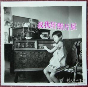 老照片:听落地式收音机的小女孩 。【胜乐灿烂系列】