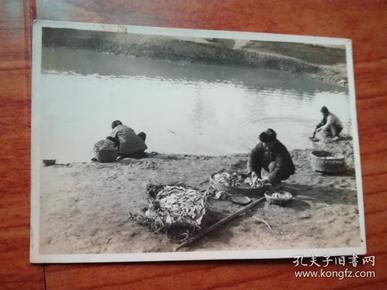 民国照片:潜藏在池里的小鱼已成了渔夫手中的俘虏