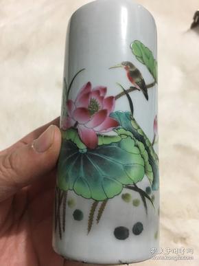 民国江西瓷业公司底款,阖家欢乐荷花笔筒一个,高11.5厘米,直径5厘米;