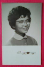戴眼镜的美女照片