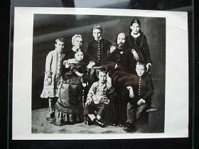 苏联十月革命领导人列宁儿童时期的全家福照片,大约尺寸10X15厘米。新华社图片上50年代原版照片