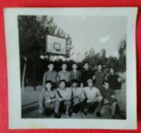 在篮球场上的学生们合影照片