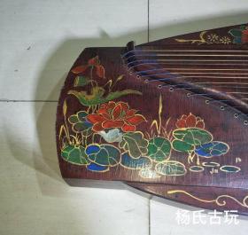 旧藏漆器古筝一台,长1米63,宽42厘米,配件齐全。