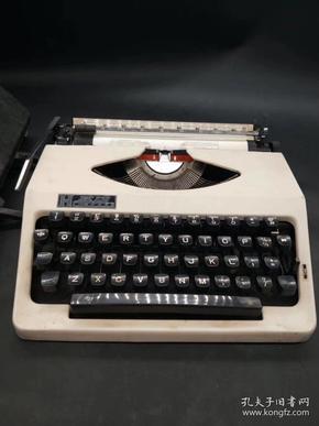 八十年代上海产英雄牌手提式机械英文打字机一台,依然可以正常使用,重约9.2斤;