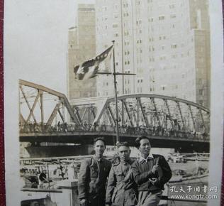 """老照片:""""上海市警察局,消防""""旗帜,上海黄浦公园(外白渡桥、国际大厦景物)大陆照相馆 (黄浦公园始建于1868年(清同治七年)原名pubilcpark,译为公共花园,曾名外滩公园,俗称外摆渡公园,大桥公园。1945年改称春申公园,次年1月改名黄浦公园迄今。)《桐阴——上海华东新闻学校珲系列》"""