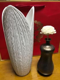 白瓷笔筒  仿铜花插