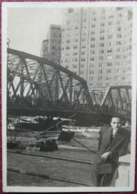 民国老照片:上海黄浦公园(外白渡桥、国际大厦景物) ————黄浦公园始建于1868年(清同治七年)原名pubilcpark,译为公共花园,曾名外滩公园,俗称外摆渡公园,大桥公园。1945年改称春申公园,次年1月改名黄浦公园迄今《桐阴——上海华东新闻学校珲系列》