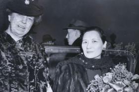 """1943年 美新社新聞原照""""宋美齡與羅斯福夫人抵達華盛頓""""老照片 一張  HXTX105114"""