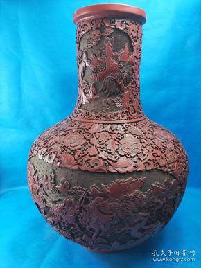 清乾隆 年制 漆器大瓶 ,达到了相当高的水平剔红雕刻花纹制作 精美 刻有图案 又称雕红漆,中国漆器工艺的一种,此法常以木灰、金属为胎,在胎骨上层层髹红漆,少则八九十层,完整 高65公分 重约16斤,收藏佳品
