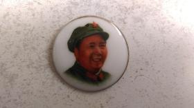 """文革时期""""着军装、中国湖南(10)""""(瓷质、彩色、金边、右侧脸)毛主席像章"""