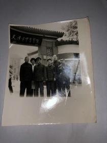 天津市中医医院门前合影