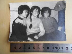 老照片【70年代,美女合影照片】有大辫子