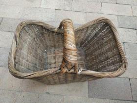 老竹篮子一个,自然老旧,走形,磨损。
