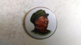 """文革时期""""着军装、红太阳照亮安源纪念馆(2)""""(瓷质、右侧脸)毛主席像章"""