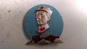 """文革时期""""着军装、火炬、战无不胜的毛泽东思想万岁、北京""""(金属质)毛主席像章"""