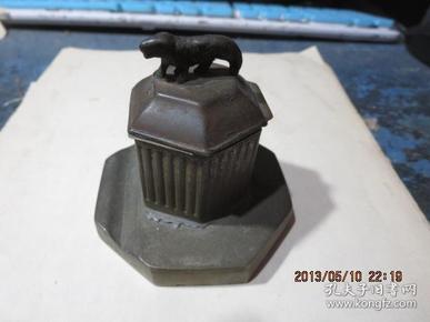 民国铜制烟灰缸一只,上面有虎钮,存于楼下瓷器架一*中