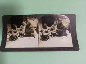 【清代立体照片】留长辫子清朝家庭父母和孩子在庭院中的生活民居民宿照片