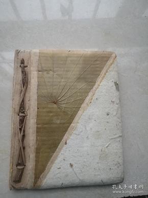 纯手工制作的空白书,封皮贴有树叶。制作别具匠心,独一无二。