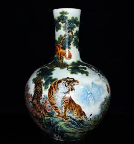 清乾隆年珐琅彩十二生肖纹天球瓶