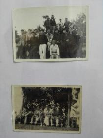 天津南开大学相册中的两张照片,一张民国文人户外乘凉,一张1954年全班同学在郊外合影,一张后面有文字