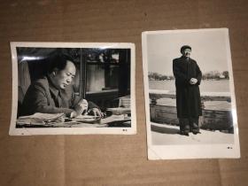 老照片2张 毛主席工作写字、毛主席身穿大衣在雪地