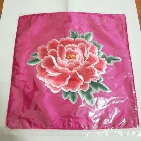 纯真丝刺绣。花卉图案靠垫。(不含枕芯)百分之百全天然丝线。低于网上和市场价。可用做座垫、摆设、靠枕。全新、没开封。