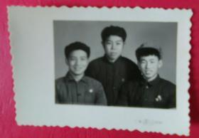 三男子合影照片