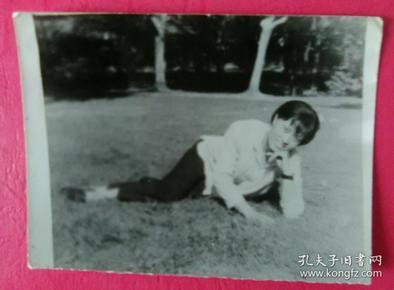 趴在草坪上的美女照片