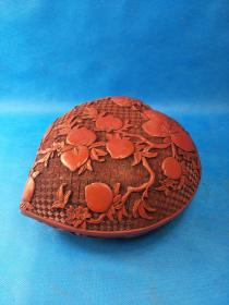 清乾隆年制 漆器木寿桃大盒,木质胎底,红色漆面,剔线上工艺极好,漆雕有深浅,包浆极好 。