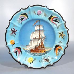 法国19世纪末马爵利卡纯手绘赏盘 尺寸:直径39CM 年代:约1880-1890 一个产自法国摩纳哥的超大尺寸的马爵利卡赏盘,非常漂亮,纯手绘,色彩明丽,题材也非常好,一帆风顺 77685#
