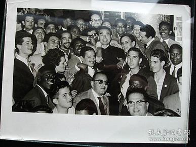 周总理和亚非拉外宾在一起,大约尺寸10X15厘米。新华社图片上50年代原版照片