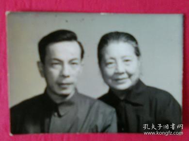 老夫妻俩合影照片
