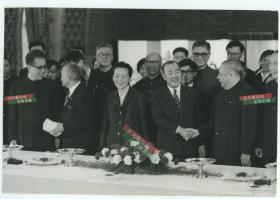1973年中日友好协会会长~~国民党元老廖仲恺与何香凝之子廖承志,率领中国代表团抵达日本访问,历史上称为中邦交正常化破冰之旅,受到了当时的日本首相田中角荣先生的热烈欢迎