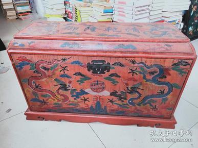 """大清乾隆  漆器木大箱《重约30斤》 用漆涂在各种器物一般称为""""漆器"""",又可以配制出不同色漆。中国的漆器工艺不断发展,达到了相当高的水平、描金等。剔红雕刻花纹制作精美   刻有双龙图案  又称雕红漆,红雕漆。中国漆器工艺的一种,此法常以木灰、金属为胎,在胎骨上层层髹红漆,少则八九十层,完整  爱好者"""